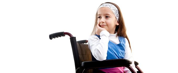 ילדה על כסא גלגלים